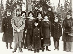 Семья императора Николая II на прогулке в Гатчинском парке. Ок. 1912-1913