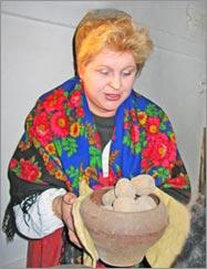 Арина Родионовна угощает печеным картофелем
