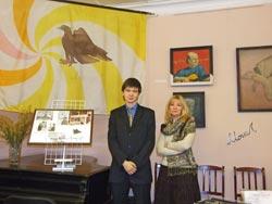 Е.Е.Киселева, супруга В.К.Монахова, и Даниил Монахов, сын, в Муниципальном музее г. Гатчина на выставке Мир и дар Владимира Монахова