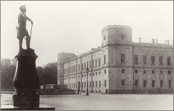 Памятник Павлу I перед Гатчинским дворцом